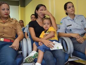 Mãe da criança, Ana Cristina, emocionou-se durante cerimônia. Ao seu lado, as atendentes que salvaram a vida do seu filho (Foto: Maiara Pires/G1)