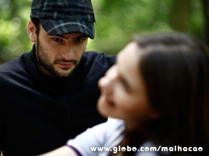 Beto Bruno admira a menina  (Foto: Inácio Moraes / TV Globo)