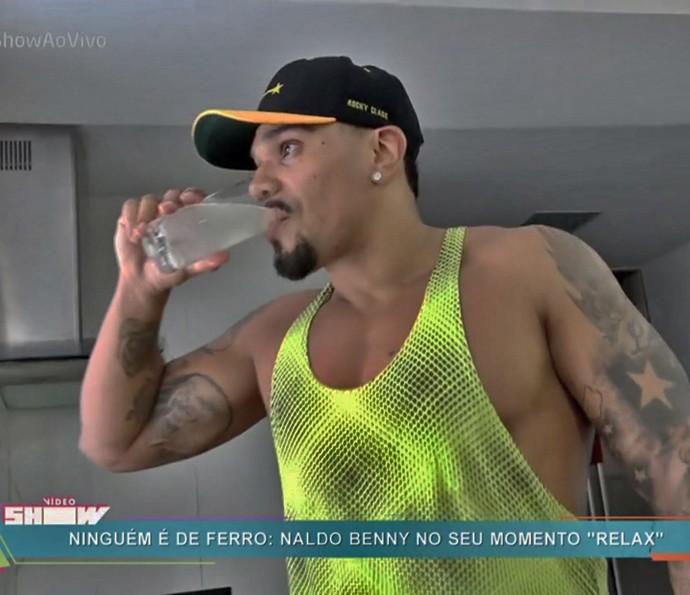 Ainda de jejum, Naldo toma suco de limão sem açucar (Foto: TV Globo)