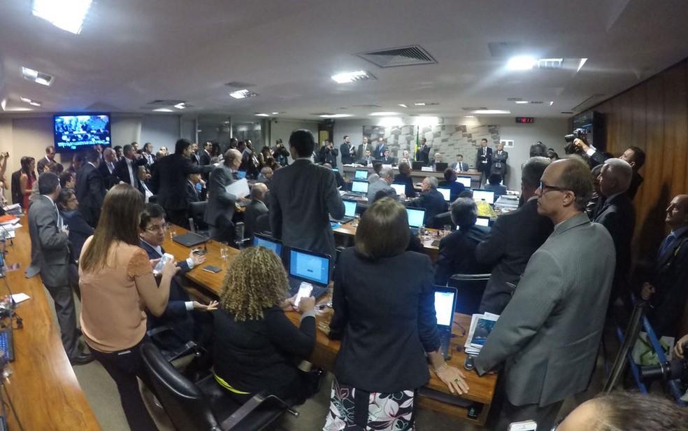 Sessão da Comissão de Assuntos Econômicos do Senado que votou o relatório da reforma trabalhista (Foto: Gustavo Garcia / G1)