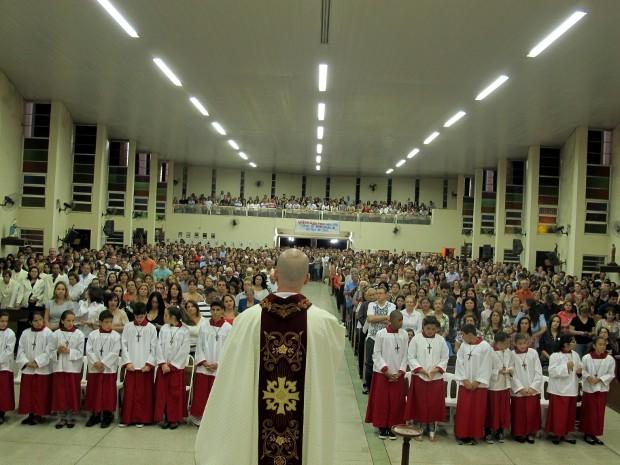 Missa na paróquia Santo Antônio ficou lotada na noite de domingo (Foto: Camila Turtelli/Agência BOM DIA)