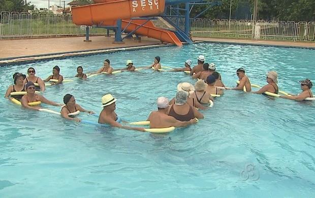 Idosos desenvolvendo atividades físicas (Foto: Reprodução TV Acre)