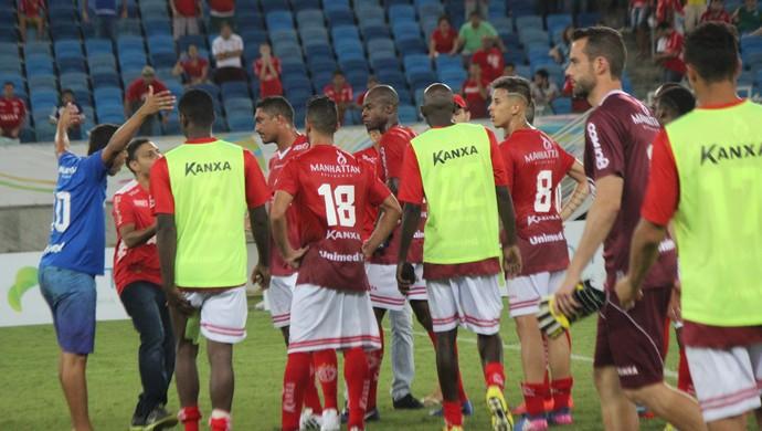 América-RN x Santa CRuz de Natal - invasão torcedores campo (Foto: Augusto Gomes/GloboEsporte.com)