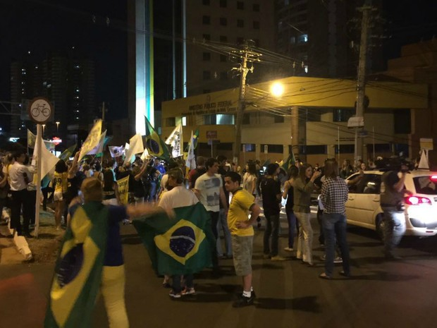 Manifestantes voltam a fechar a avenida Afonso Pena na frente do MPF em Campo Grande (Foto: Graziela Rezende/G1MS)