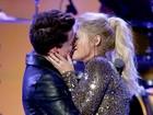 Meghan Trainor surpreende em performance com beijão e mão-boba