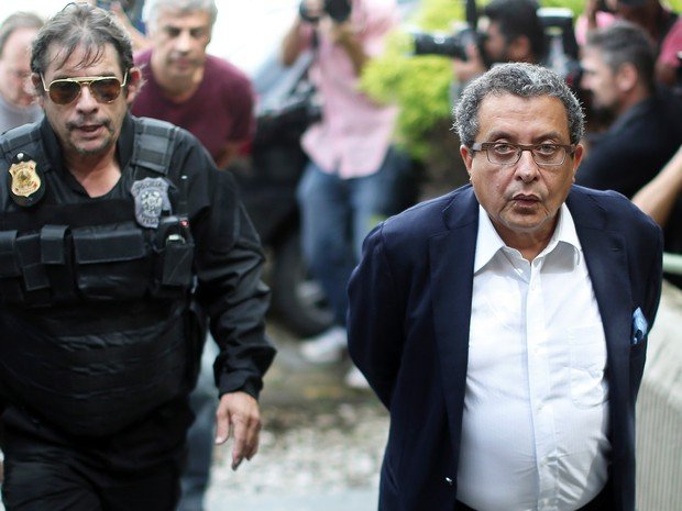 23/02 - João Santana, marqueteiro de campanhas eleitorais do PT, é preso durante sua chegada à São Paulo (Foto: STR/AFP)