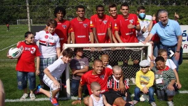 São-paulinos cercados por crianças no CT da Barra Funda (Foto: Divulgação/Site oficial do São Paulo FC)