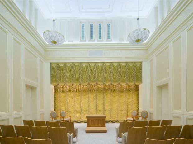 Decoração da sala da ordenança conta com cortinas douradas (Foto: Divulgação)