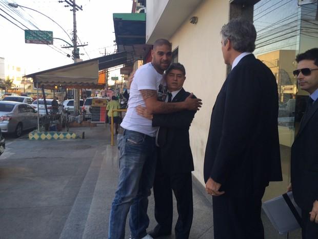 Adriano esteve nesta segunda (4) em delegacia na Penha, Subúrbio do Rio (Foto: Henrique Coelho/G1)