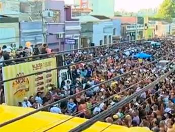 Carnaval reuniu cerca de 7 mil na Cidade Baixa neste domingo (Foto: Reprodução/RBS TV)