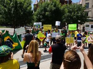 Manifestantes fazem protesto em Dallas, nos EUA, no sábado (22) (Foto: Henry Franklin da Costa/VC no G1)