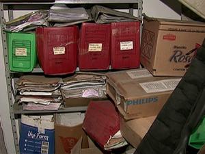 Inquéritos são acomodados em caixas de papelão em delegacias do interior (Foto: Reprodução/TV Asa Branca)