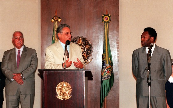 Pelé, ministro do Esporte de FHC, não teve sucesso ao tentar converter times em empresas com a Lei Pelé em 1998 (Foto: Roberto Stuckert Filho/Agência O Globo)