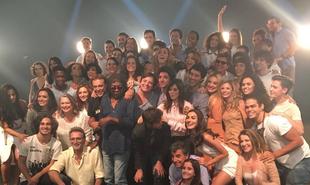 O elenco de 'Rock story' com Milton Nascimento, que gravou cenas do último capítulo. Veja, a seguir, bastidores da reta final da novela | Reprodução Instagram