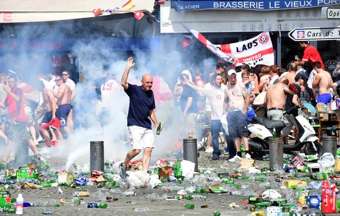 Briga torcida Inglaterra x Rússia (Foto: AFP)