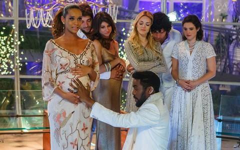 Emoção toma conta de Taís e Lázaro em cena final ((Foto: Arthur Meninea/ Gshow))