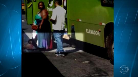 Mulher fica ferida ao desembarcar de ônibus em Contagem, na Grande BH