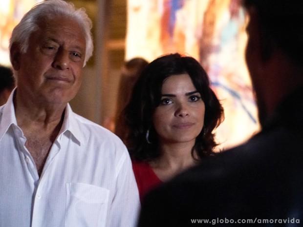 Aline dá uma manjada em Ninho na frente de César (Foto: Amor à Vida / TV Globo)