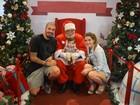 Fernando Medeiros e Aline Gotschalg fazem foto do filho com o Papai Noel