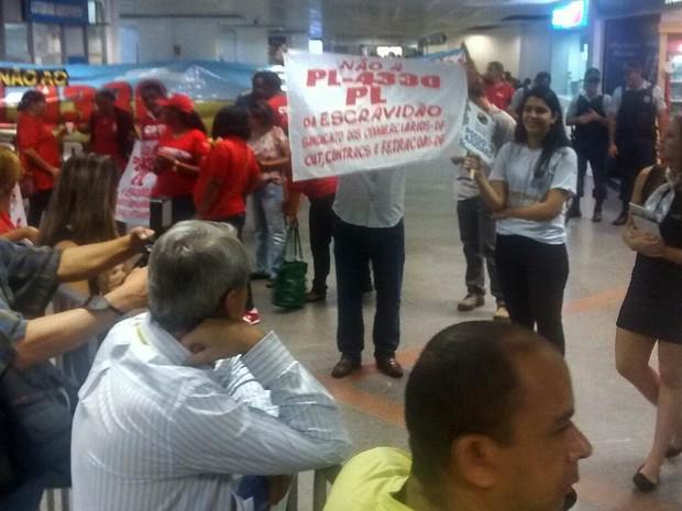 Manifestantes ligados à CUT durante atop no aeroporto JK, em Brasília (Foto: Isabella Calzolari/G1)