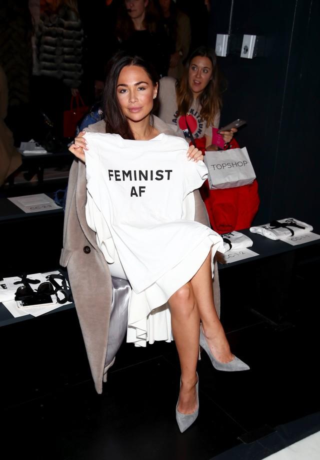 O estilista distribuiu as t-shirts aos convidados nas gift bags (Foto: Getty Images)