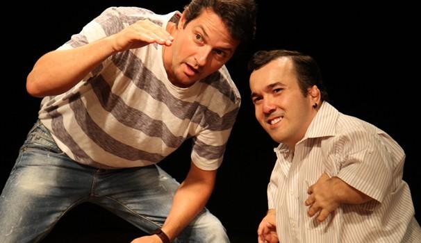 Marcelo Serrado conta com a participação do humorista Gigante Léo no espetáculo (Foto: Divulgação / É o que temos pra hoje)