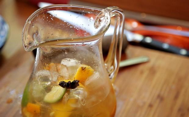 Caipirinha na jarra leva trs tipos de limo e cachaa envelhecida do chef Felipe Bronze para o Comidinhas de Chef (Foto: GNT)