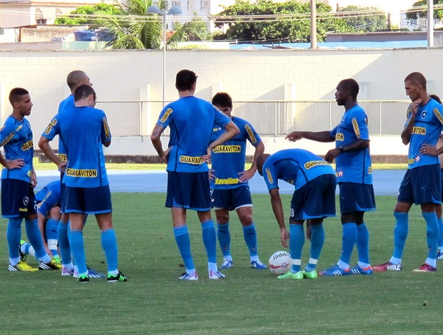 Seedorf conversa com o grupo no treino do Botafogo (Foto: Thales Soares)