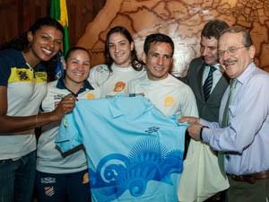 Governador Tarso Genro e o Secretário de Esporte e Lazer, Kalil Sehbe, recebem os atletas que participaram das Olimpíadas 2012 no Palácio Piratini (Foto: Caco Argemi/Divulgação)