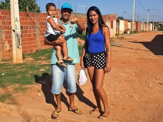 Cristiane Viana e S�rgio dos Santos esperam �nibus em regi�o da Ceil�ndia. O local, n�o tem �rea de abrigo. (Foto: J�ssica Nascimento/G1)