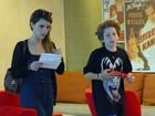 Murilo Benício e Débora Falabella curtem tarde de cinema em família