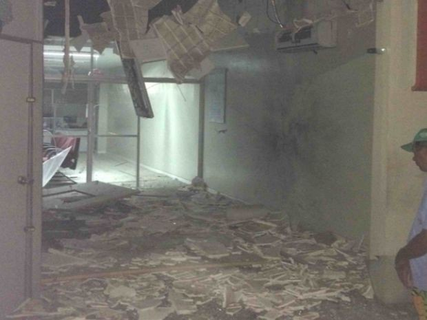 Bandidos explodiram caixa eletrônico (Foto: Eloy Arimatéia/VC na TV Sergipe)