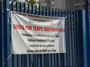 Faixa indicava realização de greve (Foto: Diego Toledano/G1 AM)