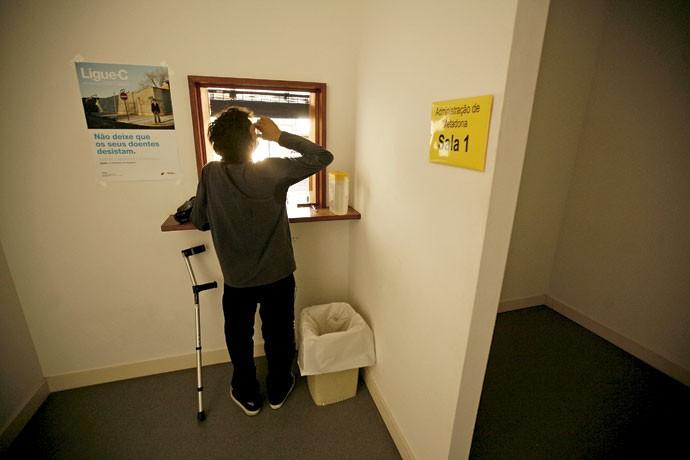Dose estatal: paciente ingere metadona em clínica de Portugal, onde as drogas são assunto de saúde pública (Foto: Rafael Marchante/Reuters/Latinstock)