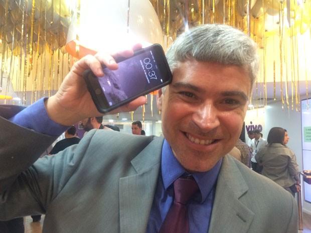Alexandre Jopper se mostrou entusiasmado com o novo aparelho (Foto: Daniel Silveira / G1)