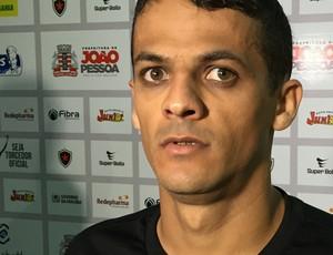 Gustavo, lateral-direito, Botafogo-PB (Foto: Lucas Barros / GloboEsporte.com/pb)