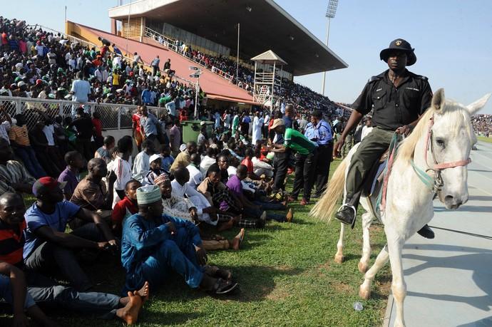 Policial a cavalo ordena torcida Nigéria x Egito (Foto: PIUS UTOMI EKPEI / AFP)