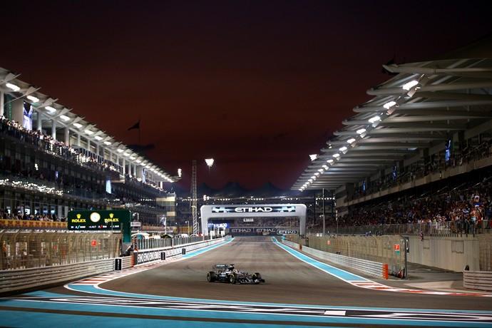 Lewis Hamilton acelera a Mercedes na bela e moderna pista de Yas Marina (Foto: Getty Images)