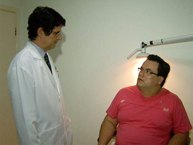 Thiago Pereira e o médico Roberto Coelho, após cirurgia em Ribeirão Preto, SP (Foto: Reprodução/EPTV)
