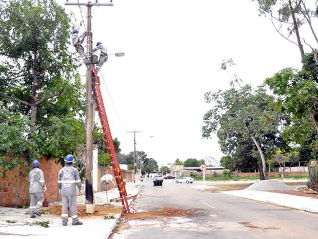 Poste foi transferido para o local correto, em cima da calçada, nesta segunda-feira (4). (Foto: Stephanie Freitas / G1)