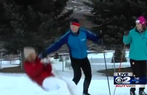 A repórter Brooke Graham desmaiou durante entrevista e, mesmo assim, continuou a reportagem sentada na neve (Foto: Reprodução/YouTube/KUTV2News)
