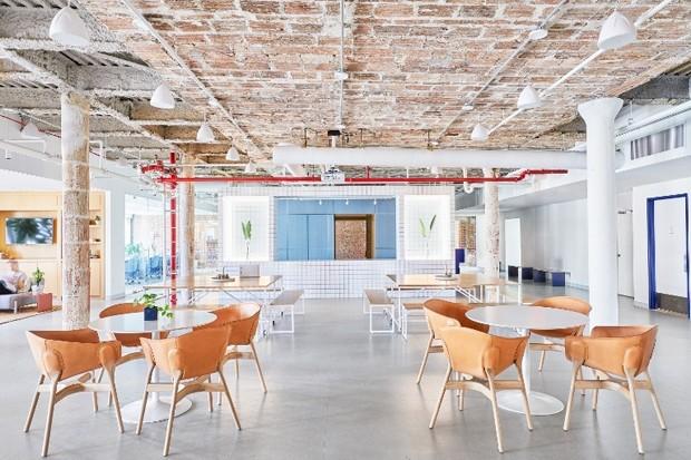 Com estilo industrial, o escritório tem décor azul e laranja. A combinação cria um ambiente tranquilo, mas cheio de energia (Foto: Reprodução)