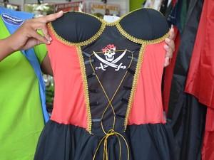 As fantasias de piratas é a aposta dos brincantes (Foto: Bruna Cássia)