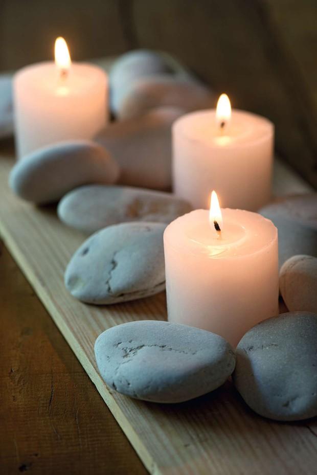 Seixos, velas e tábua de madeira (Foto: Casa e Comida)
