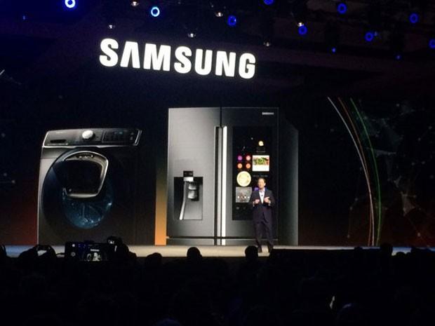Samsung lançou geladeira conectada na CES 2016 (Foto: Helton Simões Gomes/G1)
