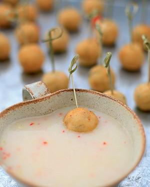 Minicakes de salmão com molho picante de coco (Foto: Rogério Voltan/Editora Globo)