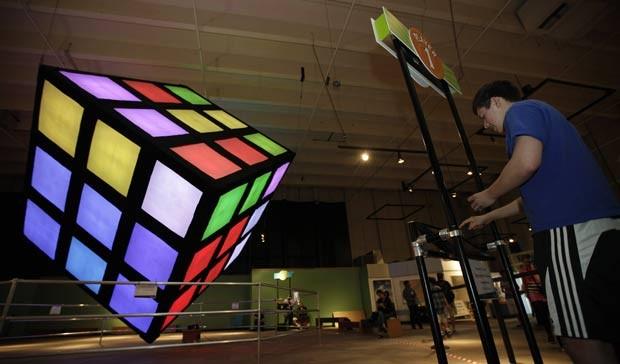 Kevin Hays durante a tentativa de solucionar o cubo mágico. (Foto: Ted S. Warren/AP)