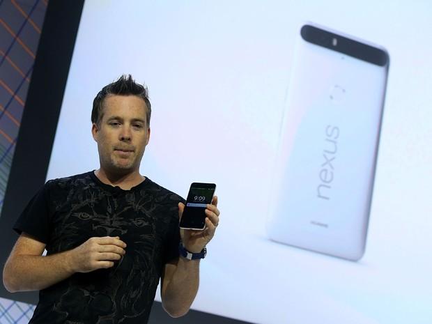 Dave Burke, vice-presidente de engenharia do Google, anuncia um novo telefone Nexus 5X durante evento nesta terça (29), em San Francisco, na Califórnia (Foto: Justin Sullivan/Getty Images/AFP)