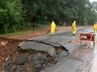Cratera avança mais da metade em trecho e interdita rodovia após chuva