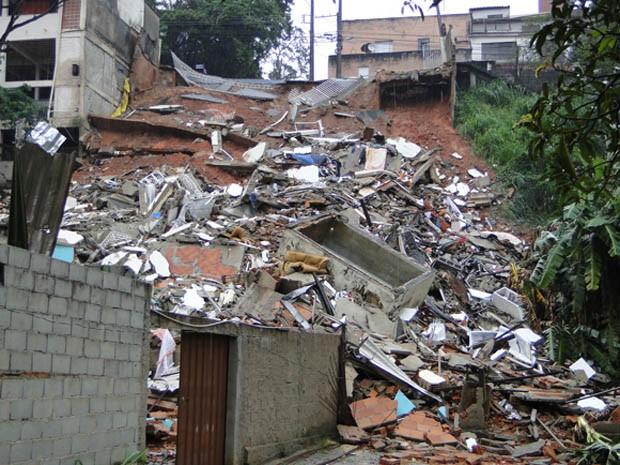 Prédio desaba e cai na rua de trás, no bairro Caiçara, em Belo Horizonte (Foto: Pedro Triginelli/G1)